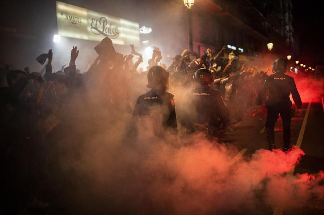 瓦伦西亚球迷场外燃放焰火