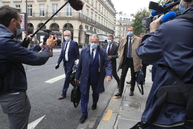 里昂主席奥拉抵达听证会