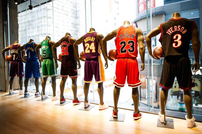 NBA广州旗舰店身着球衣的人形模特陈列