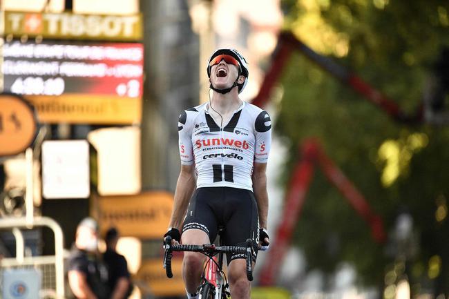 太阳网车队丹麦车手安德森在冲过终点后庆祝