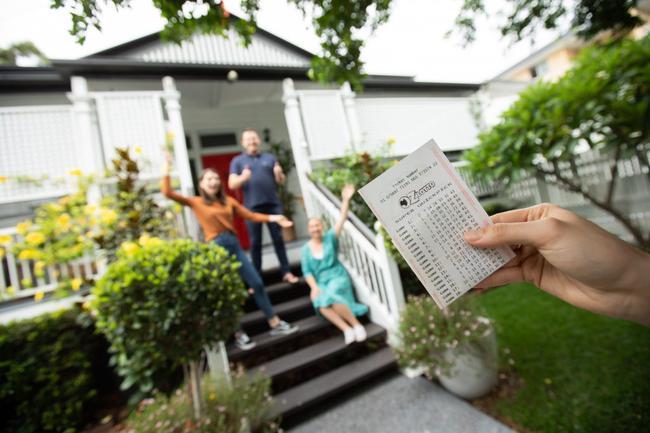 男子中5千万先给父母买房 得知中奖险从车中跌落