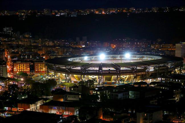 照亮那回家的路 那不勒斯为马拉多纳点亮球场