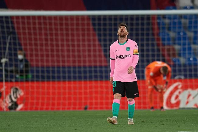 梅西致命失误!回传球踢给对手导致丢球 gif