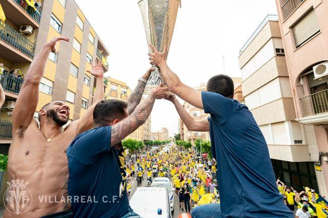 黄潜携欧联杯展开冠军巡游 5万人小镇成为黄色海洋