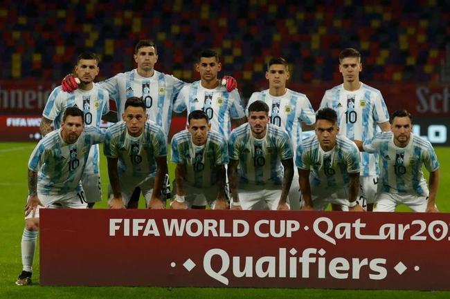 阿根廷集体穿10号球衣纪念马拉多纳  揭幕大型雕塑