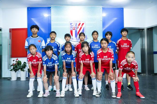足球夢想之旅小女足球員走進申花 與李帥PK點球
