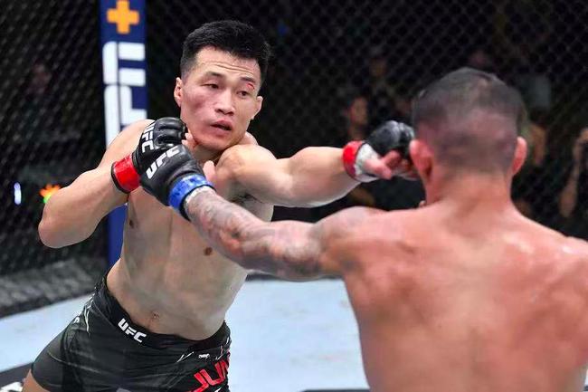 鄭贊成在上周末UFC賽事的頭條大戰中擊敗了伊蓋
