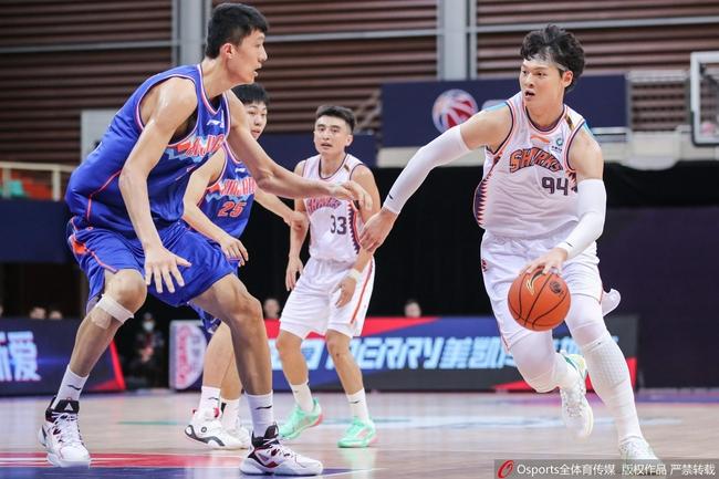 【博狗扑克】王哲林砍16+9伊力福拉提16分 新疆1分险胜上海