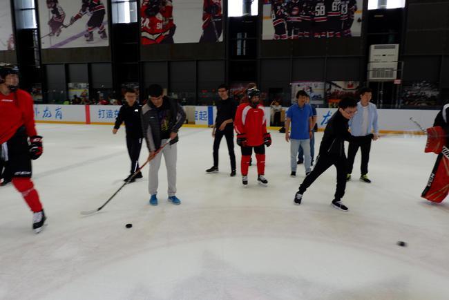 余泱漪与哈里克利斯纳体验冰球行动