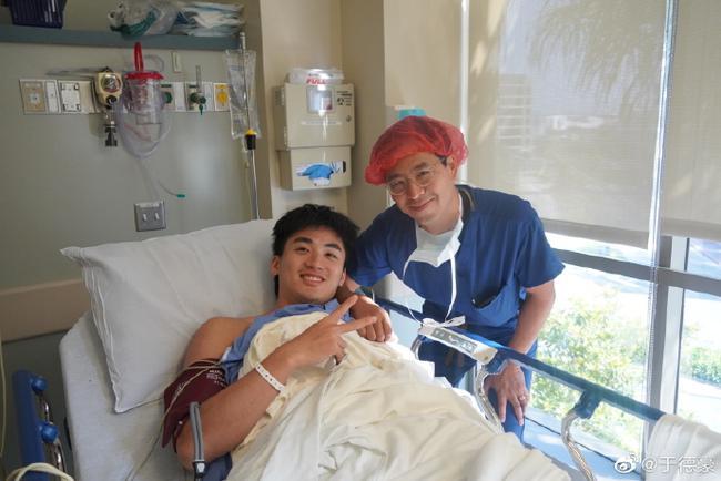于德豪成功完成膝盖手术 晒康复照笑容满面