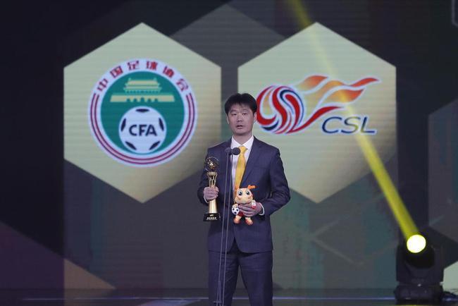 粤媒:中超颁奖有争议 李霄鹏获最佳教练不能服众