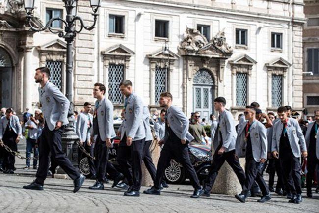 意大利总统会见欧洲冠军 意大利队赠送10号球衣