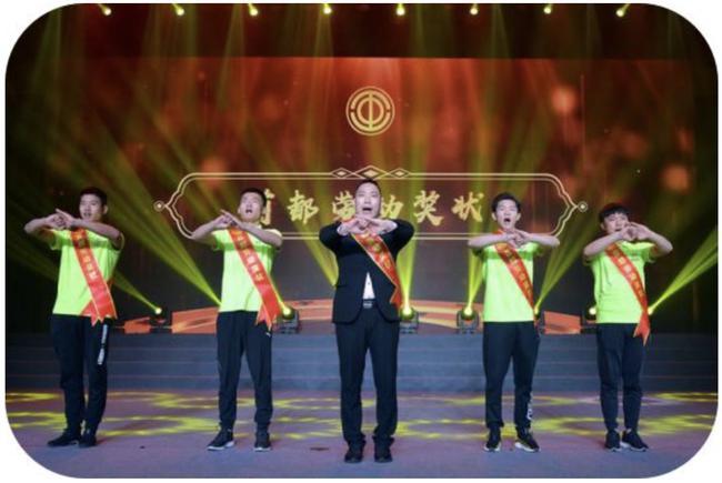 颁奖现场捍能国际创始人胡晋领先生带领捍能国际团队抱拳向现场嘉宾行礼.