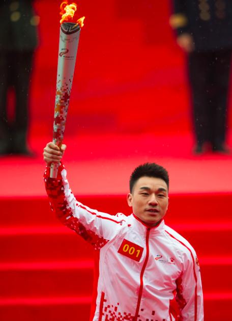 第一名火炬手廖辉在传递火炬