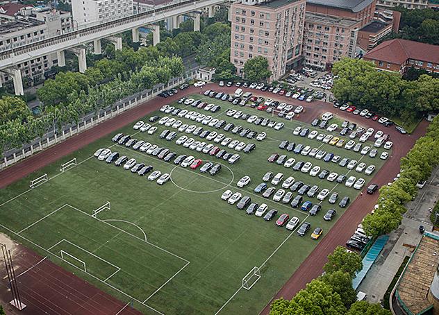 上海一高校足球场变停车场 学生:现在不让踢球了