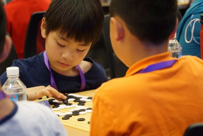 下棋的孩子在人生更早的时候意识到输的残酷、赢的美好