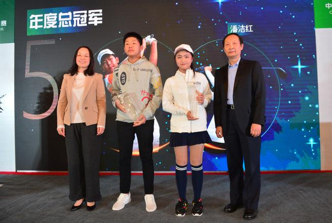 中高副秘书长宋亮亮(右一)、黄山市体育局局长夏建萍(左一)为业巡年度总冠军潘洁红、林嘉濠颁奖