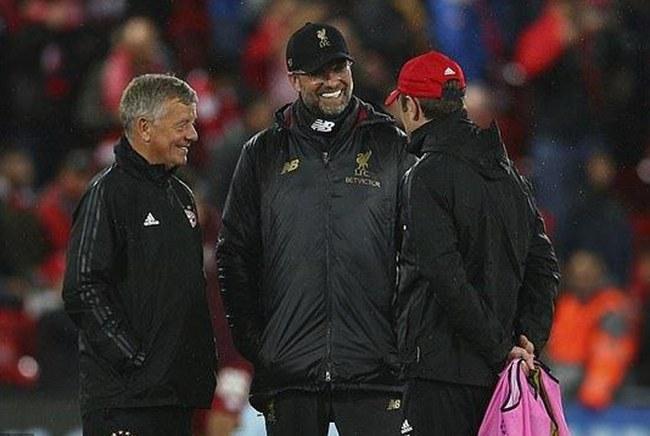 克洛普与拜仁教练组交谈