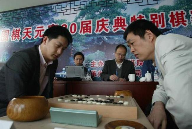 常昊(左)与马晓春在2006年中国围棋天元赛20届庆典特别棋赛对弈