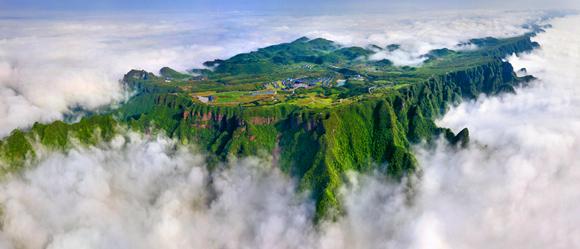 """世界最大""""桌山""""——秀山川河盖俯瞰。唐磊 摄"""