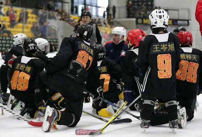 波士顿棕熊青训教练团队向营员们讲解训练科目