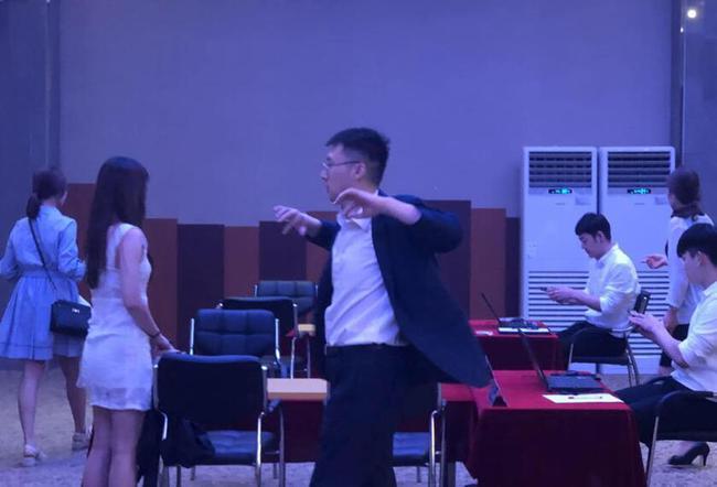 王磊混双赛前舒活筋骨 谢依旻林至涵交换座位