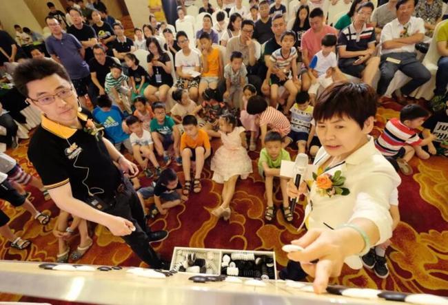杜竹欣(左一)与华学明共同讲棋
