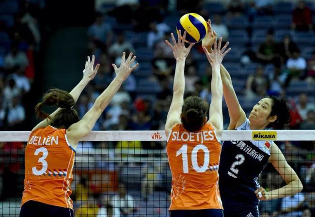 朱婷在于荷兰队的比赛中扣球