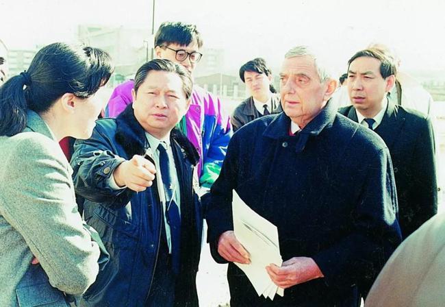 徐寅生担任国际乒联第一副主席期间,与哈马隆德主席一起考察天津世乒赛的比赛场馆