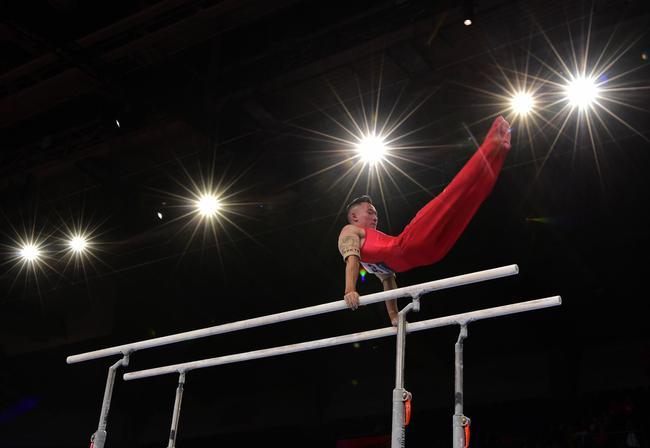 肖若腾在男子双杠项目资格赛中