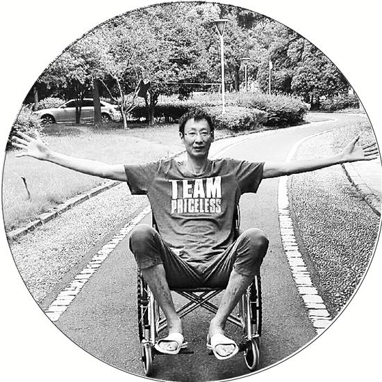 郑亮坐在轮椅上,但依然心怀阳光。图片由采访对象提供