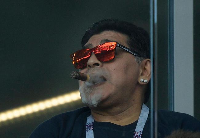 马拉多纳:不知道球场不能吸烟 向所有人说抱歉