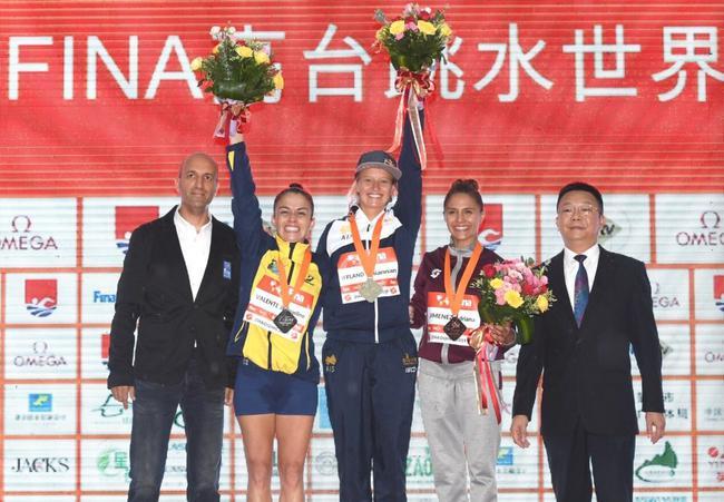 布达佩斯世锦赛冠军、澳大利亚名将蕾哈娜(中)夺得冠军