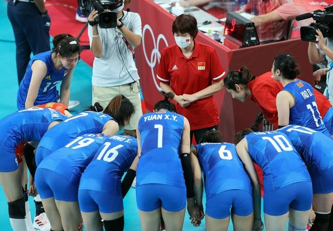 【博狗体育】泪奔!郎平拥抱每位队员 女排集体向她鞠躬致谢
