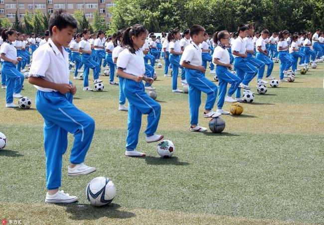 广州小学生踢球猝死 又给了足球操存在的理由