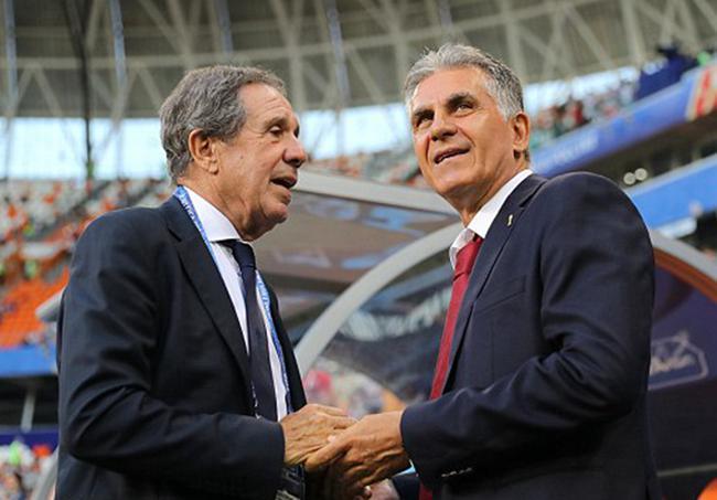 奎罗斯与葡萄牙足协副主席科埃略寒暄