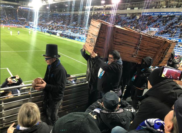 奇观!西甲球迷抬棺材看比赛