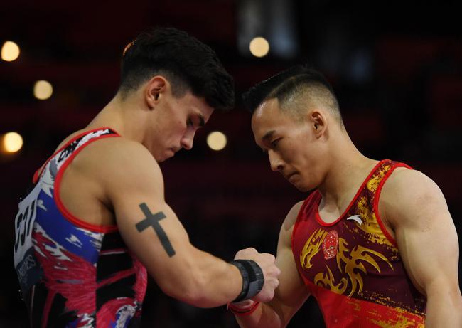 肖若腾在比赛中与达拉洛扬击掌致意