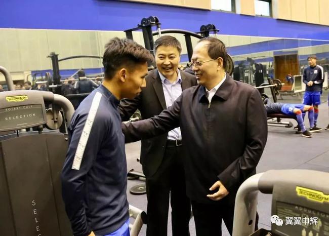 苟仲文勉励周俊辰:每人都有机会 为中国足球争光