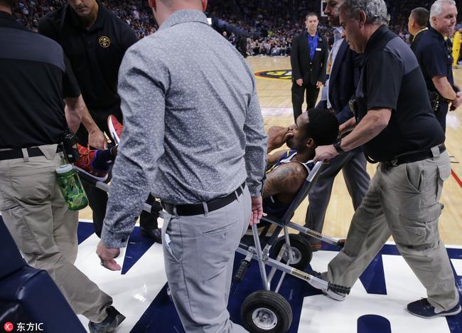 惨!妖星离奇受伤倒地不起 被三人抬上轮椅离场