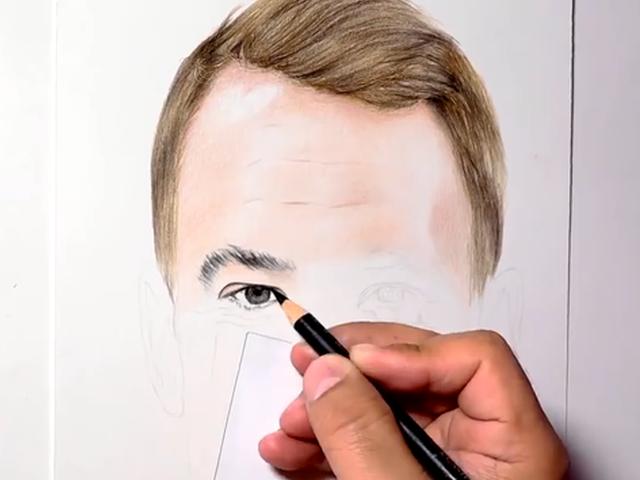 视频-惟妙惟肖!手绘大神真实描绘德国门神肖像画
