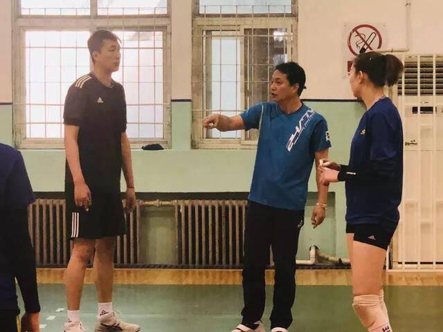 日本教头松田明彦在天津女排队中