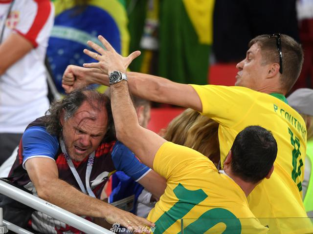 怒了!巴西球迷与塞尔维亚球迷大打出手