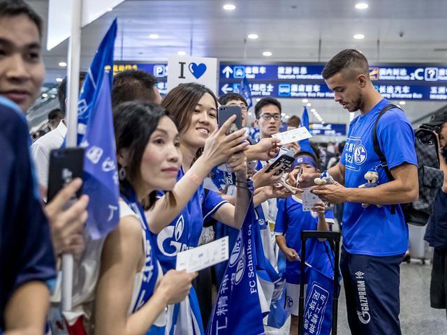 视频-沙尔克抵达上海浦东 大批粉丝聚机场接机