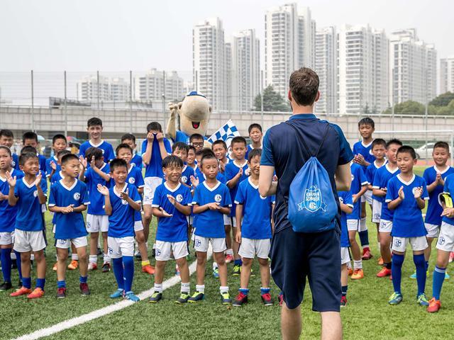 视频-沙尔克04走近昆山青训营 孩子们为球员唱生日歌