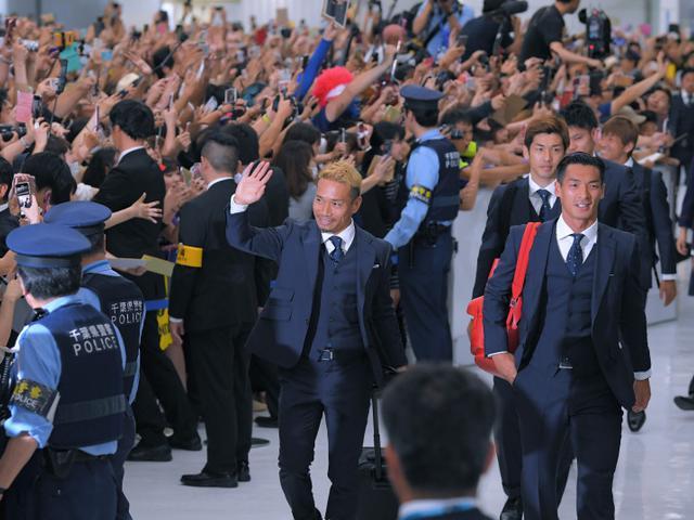 败也英雄!千名日本球迷媒体机场迎接日本归国
