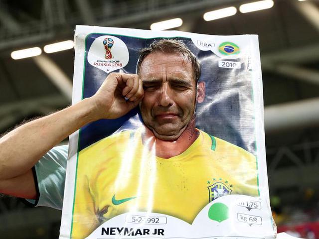 残忍不过目睹主队场上跪 流不尽的都是球迷泪