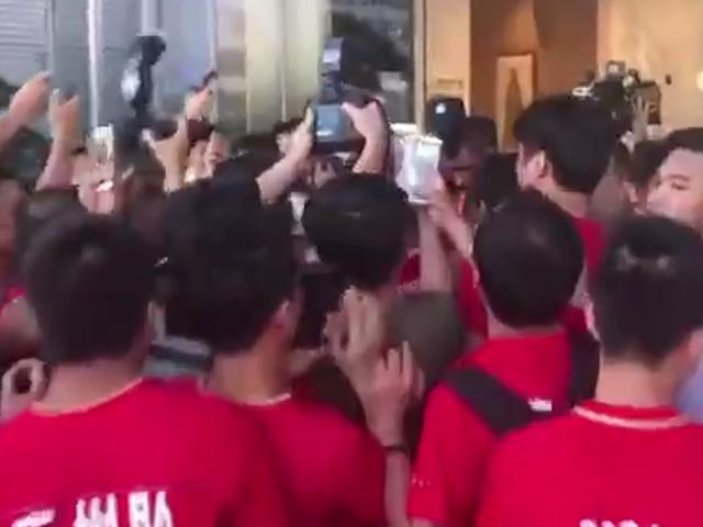 保利尼奥到达广州 球迷粉丝们热情迎接