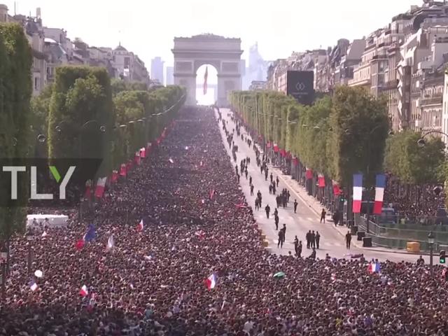 法国凯旋门欢迎英雄凯旋 万人空巷飞行表演出动
