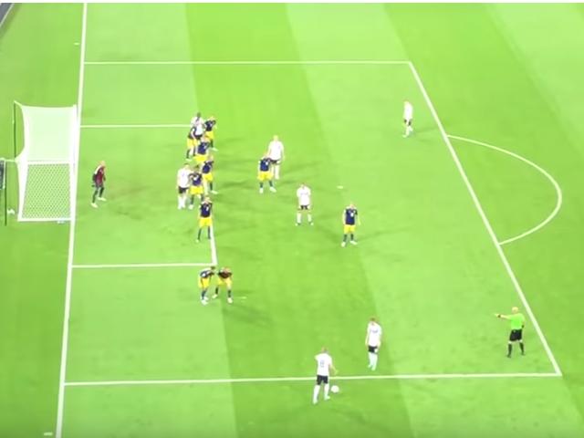不同角度同样精彩 球迷看台记录世界杯绝妙进球